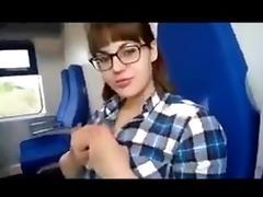 Jolie pompeuse dans un train