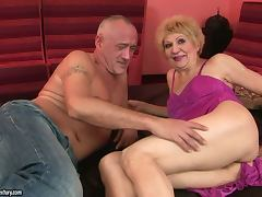 mature broad gets creampie in her hairy pussy