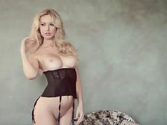 Smoking hot and luscious blond siren shows her shapes